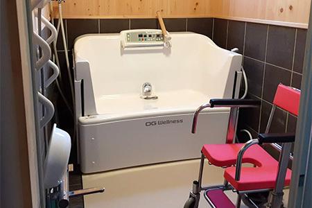 身体が不自由な方でも乗降しやすい入浴機器